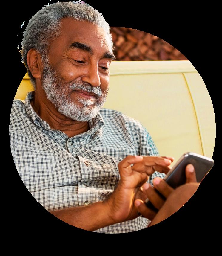 Senhor com celular acessando o app banQi