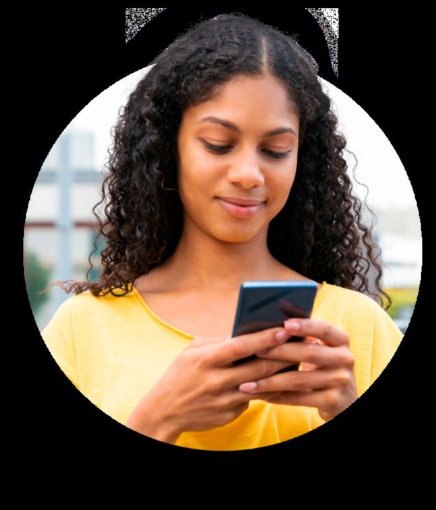 Moça com celular acessando app banQi