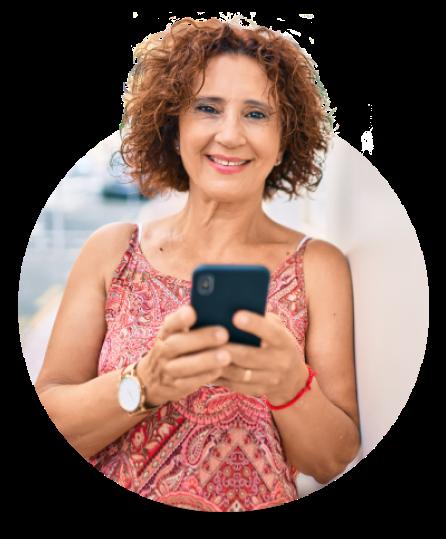 Mulher com celular acessando app banQi