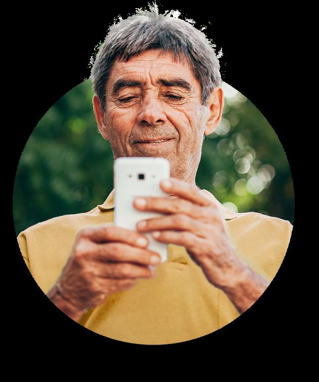 Senhor com celular acessando app banQi