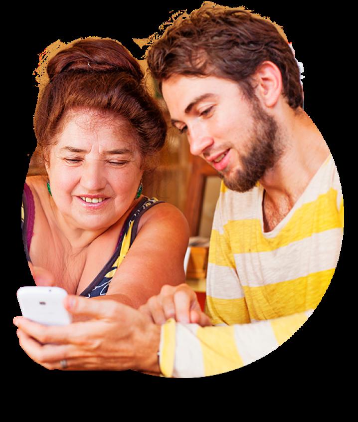 Senhora e jovem com celular