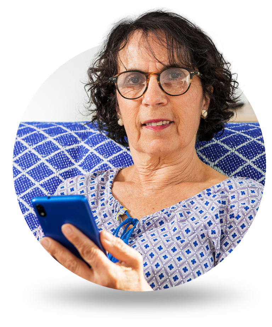 Senhora com celular acessando o app do banQi